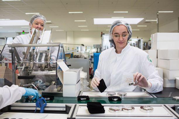 Guerlainin työntekijät valmistamassa hajuvesiä - nyt tehtaalla aletaan tuottaa käsidesiä.
