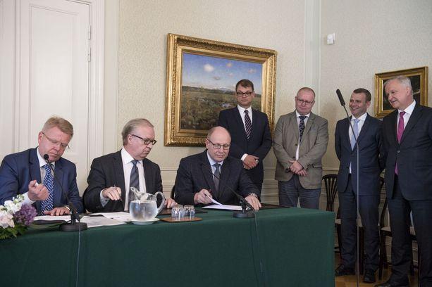 Arviontineuvoston mukaan kiky-sopimus ei tuo lähelläkään niin merkittäviä työllisyyshyötyjä kuin hallitus on antanut ymmärtää. Kuva kesäkuulta, jolloin työmarkkinaosapuolet allekirjoittivat sopimuksen.