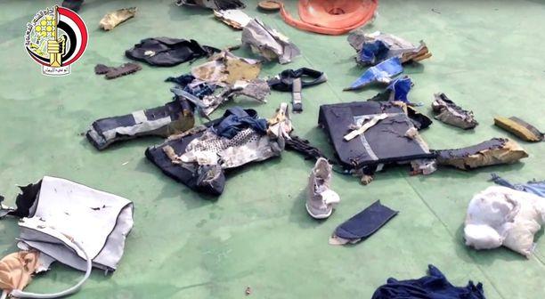 Egyptin armeijan julkaisema kuva lentoturman jäljiltä merestä nostetuista tavaroista.