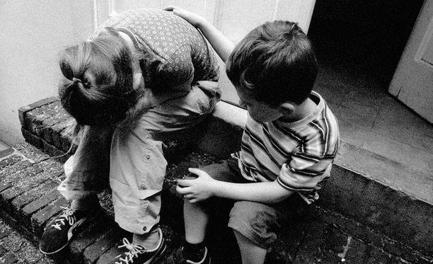 Lastensuojelu painii ongelmissa. Päteviä työntekijöitä ei ole tarpeeksi, ja laitoksissa on laittomia käytäntöjä.
