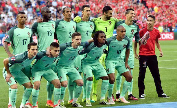 Cristiano Ronaldolla oli hauskaa, kun yksi EM-kisojen vapaaehtoistyöntekijöistä pääsi joukkuekuvaan mukaan.