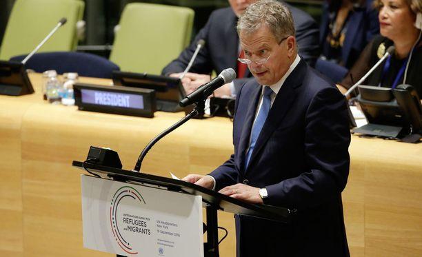 Sauli Niinistö puhui YK:n pakolais- ja siirtolaisuusliikettä käsittelevässä kokouksessa New Yorkissa maanantaina.