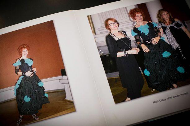 Crazyn kanta-asiakkaat ovat juhlineet Arjan kanssa putiikin vuosijuhlia jo moneen otteeseen. Kiitokseksi juhlista he ovat teettäneet kuvakirjoja.