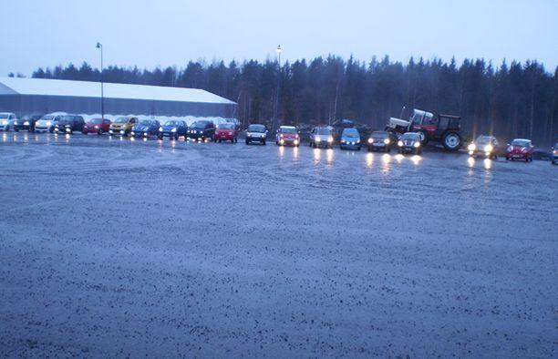 Toijalan torilla kokoontui noin 30 mopoautoa. Torilta matka jatkui Ideaparkille ja sieltä Lahdesjärven ABC:lle.