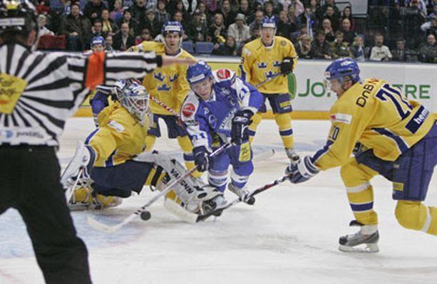 Suomi ei saanut kiekkoa Ruotsin häkkiin kovasta yrityksestä huolimatta. Asialla Tommi Santala.