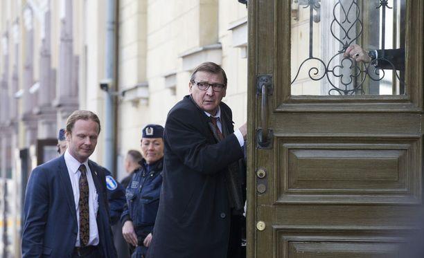 Raimo Vistbacka on puhunut puolueyhtenäisyyden puolesta. Hän toivoo, että perussuomalaiset ja siitä irtautunut Uusi vaihtoehto löisivät vielä hynttyyt yhteen. Kuvassa Vistbacka saapuu hallitusneuvotteluihin Smolnaan toukokuussa 2015.