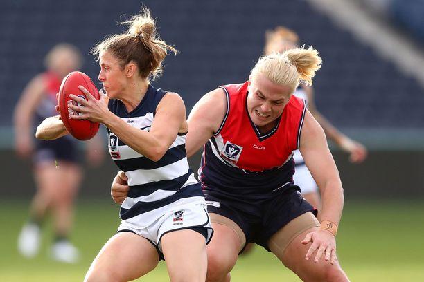 30-vuotias Hannah Mouncey (oikealla) pelaa käsipallon lisäksi australialaista jalkapalloa.