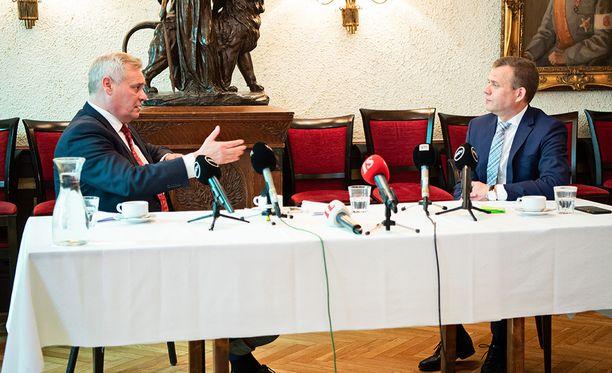 Antti Rinne (sd) ja Petteri Orpo (kok) kävivät kuuman debatin politiikan toimittajien aamiaistilaisuudessa keskiviikkona.
