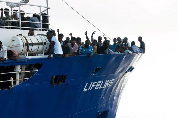 EU:n velvollisuus pelastaa turvapaikanhakijoita jakaa eurovaaliehdokkaiden mielipiteitä. Libyasta Välimerelle lähteneet siirtolaiset pelastettiin veden varasta viime kesänä.