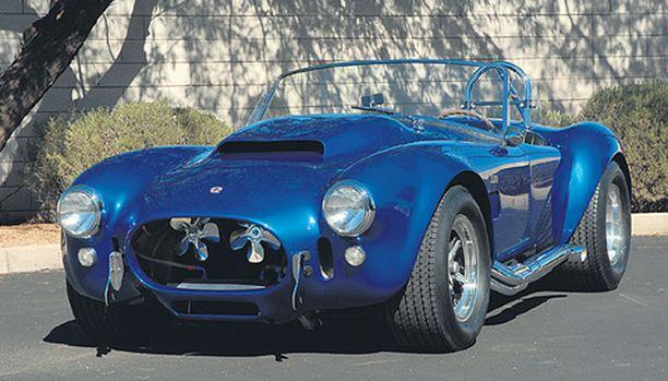 UPEAN SININEN Carroll Shelbyn henkilökohtainen Cobra 427 Supersnake vuodelta 1966 on todella menevän näköinen, hinta 5,5 miljoonaa dollaria.