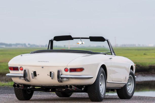 Takaa 365 GTS muistuttaa mielestämme aika paljon saman aikakauden Corvetteja.