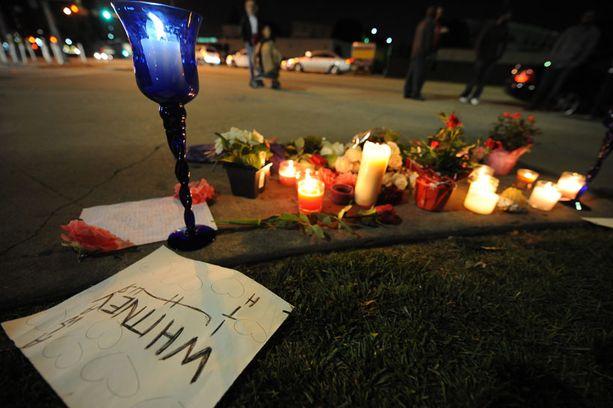 Fanit sytyttivät kynttilöitä Beverly Hilton -hotellin edustalle Beverly Hillsissä.