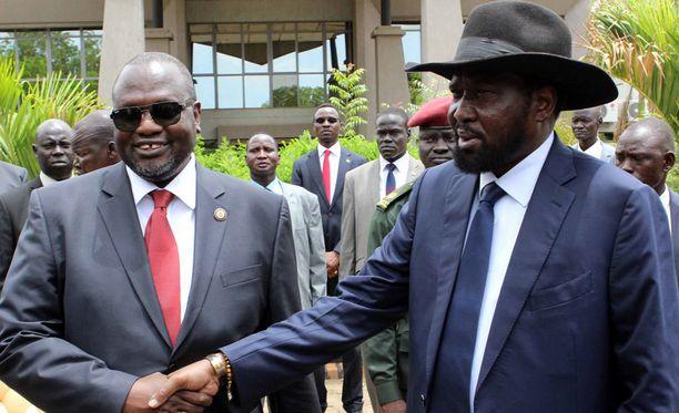 Varapresidentti Riek Machar (vas.) ja presidentti Salva Kiir (oik.) kuvattiin viime huhtikuussa sopuisissa tunnelmissa ennen kuin väkivalta-aalto saavutti pääkaupunki Juban.