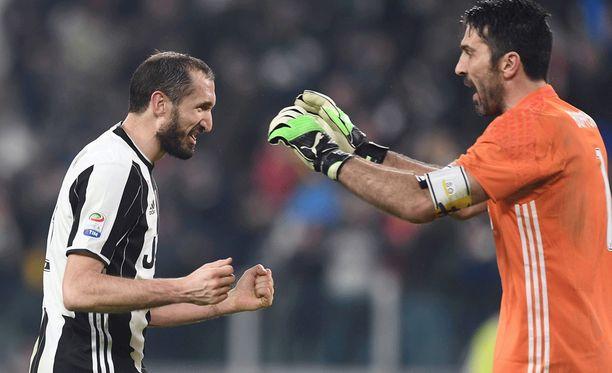 Giorgio Chiellini (vas.) ja Gigi Buffon haluavat voittaa Mestarien liigan kerran urallaan.