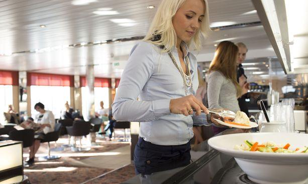 Maksullisen loungen hintaan kuuluu myös tarjoilua. Tallink Starin Comfort Loungessa on tarjolla pikkupurtavaa.