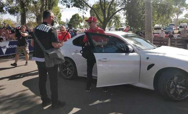 Melbournen varikkoalueelle saapunut Kimi Räikkönen hymyili häntä kuvanneelle kameralle.