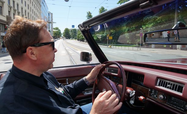 Mies ja hänen Cadillacinsa. Tamperelaisen Ari Jokisen ilmajousitettu avoauto on mukava myös Helsingin kivikaduilla.