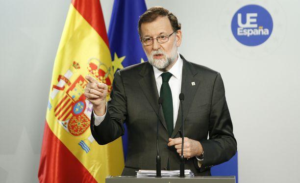 Espanjan pääministeri Mariano Rajoyn hallitus pohtii Katalonian tulevaisuutta lauantaina.