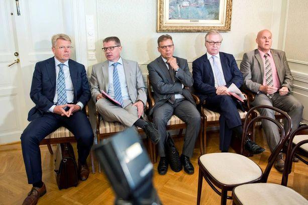 """Työmarkkinajärjestöissä arvellaan, että hallitus saattaa ottaa vastaan korvaavan esityksen vastaan maanantain jälkeenkin. Toiveena on, että hallitus vetäisi """"pakkolakinsa"""" pois. Vasemmalta Jyri Häkämies, Markku Jalonen, Lauri Lyly, Sture Fjäder ja Antti Palola."""