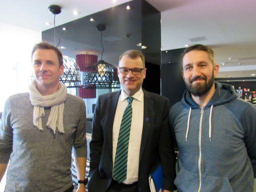 Pääministeri Juha Sipilä poseerasi raittius- ja urheiluseura Zoomin Sami Vehkaluodon ja Tommi Koivistoisen kanssa.