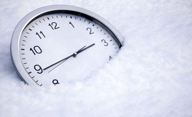 Valtioneuvoston mukaan Suomelle parasta olisi alustavasti siirtyä pysyvään talviaikaan.