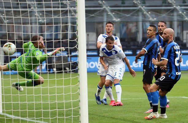 Jesse Joronen oli voimaton, kun Interin Danilo D'Ambrosio puski pallon voimalla verkkoon ja lukemiksi 3-0.