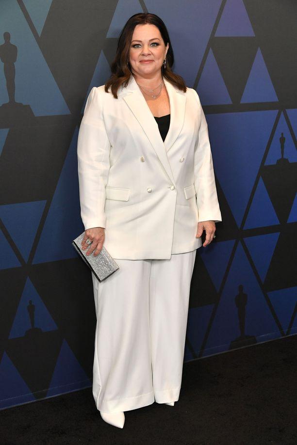 Melissa McCarthy pukeutui kokovalkoiseen housupukuun.