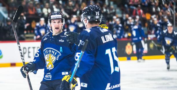 Sakari Manninen (vas.) ja Arttu Ilomäki juonivat kuvioita kesken ottelun.