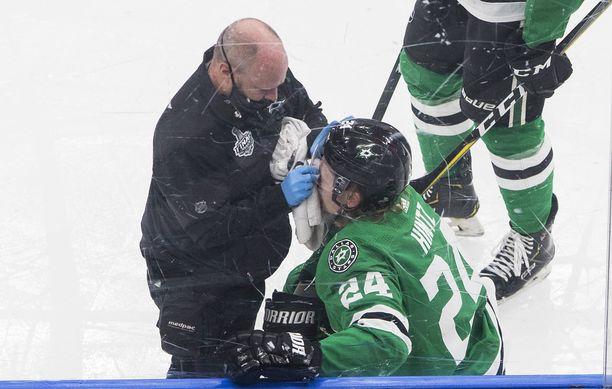 Roope Hintz oli huolettattavana laitaan törmäämisen jälkeen.