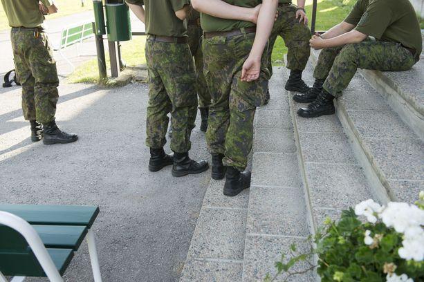 Varusmiesten vartiovuoro vaihtui kohmeloon. Kuvituskuva.