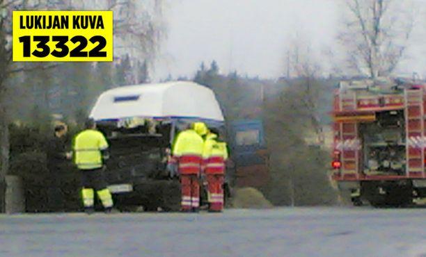 Jaloistaan auton hyttiin jäänen kuljettajan irroitus kesti puoli tuntia.