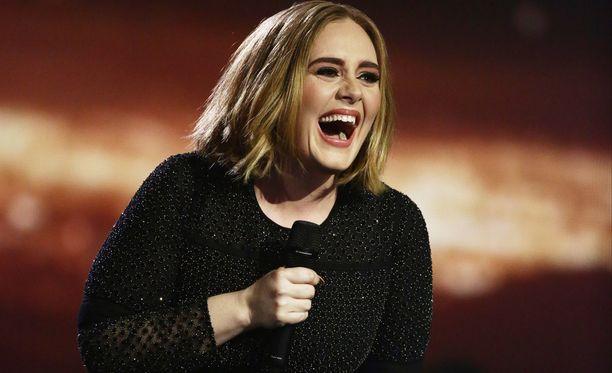 Loppuvuodesta odotetun kolmannen albuminsa julkaissut Adele tekee tänä vuonna maailmankiertueen.