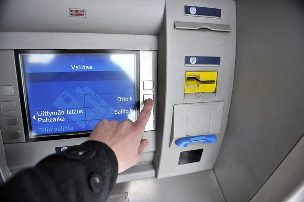 Ryöstön uhri nosti osan ryöstetyistä rahoista Noljakan ostoskeskuksen automaatista.