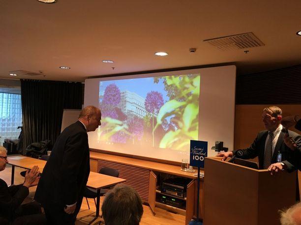 Iiro Viinanen kiitti Esko Seppästä Pikkuparlamentissa järjestetyn tilaisuuden lopuksi. Kansalaisaloite on henkilöitynyt julkisuudessa erityisesti Seppäseen.
