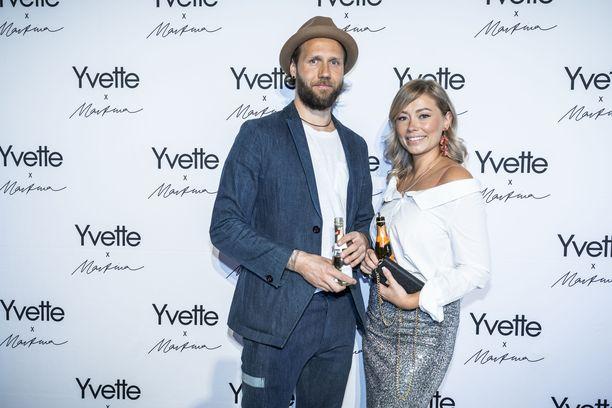 Jenny Helenius edusti keskiviikkona Yvette x Martina -lanseeraustilaisuudessa ystävänsä Esko Kyrön kanssa.