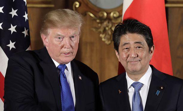 Valkoinen talo julkaisi Donald Trumpin ja Japanin pääministeri Shinzo Aben keskustelun jälkeen yhteislausunnon, jossa kaksikko tuomitsee Pohjois-Korean toimet. Kuva marraskuun alusta, jolloin Abe isännöi Trumpia Japanissa.