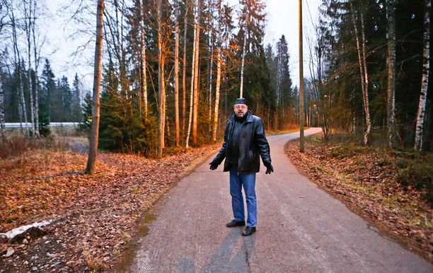 Tutkinnanjohtaja Jari Kinnunen esittelee paikkaa, josta Mallatin ruumis löydettiin.