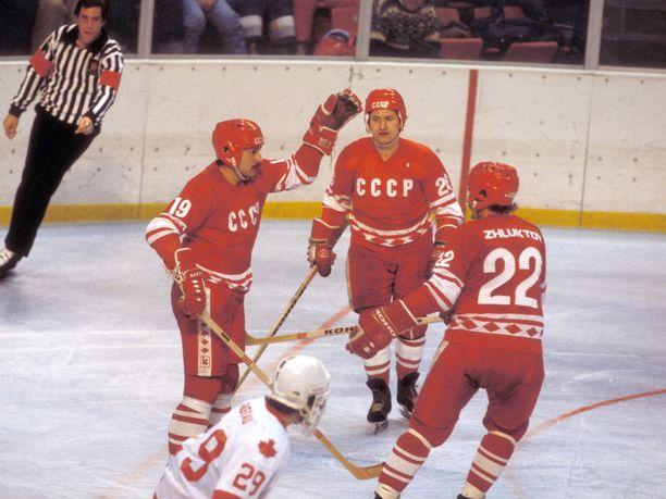 Helmuts Balderis (vas.), Aleksandr Skvortsov (kesk.) ja Victor Zhluktov juhlivat Lake Placidin olympialaisissa Kanadaa vastaan. Peli päättyi Punakoneelle 6-4.