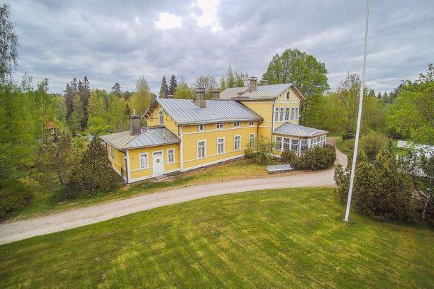 Jokelan kartano Hollolassa on rakennettu 1888. Kartanon kiinteistöllä on oma tenniskenttä ja rantasauna.