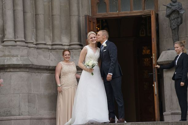 Kuvassa pari kirkon portailla juuri vihkimisen jälkeen viime vuoden syyskuussa.