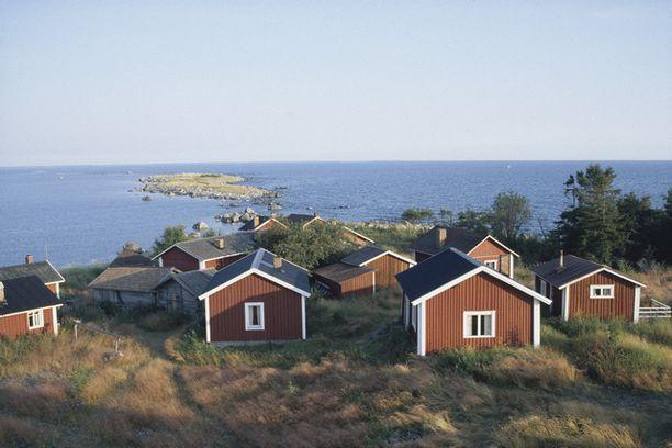 Kalastajamökkeja Kallankareilla. Saariryhmällä on itsehallinto.
