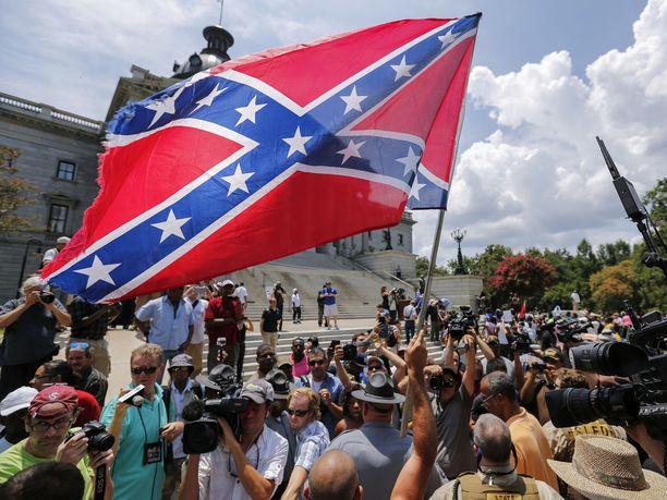 Etelävaltioiden lippua pidetään rasismin symbolina.