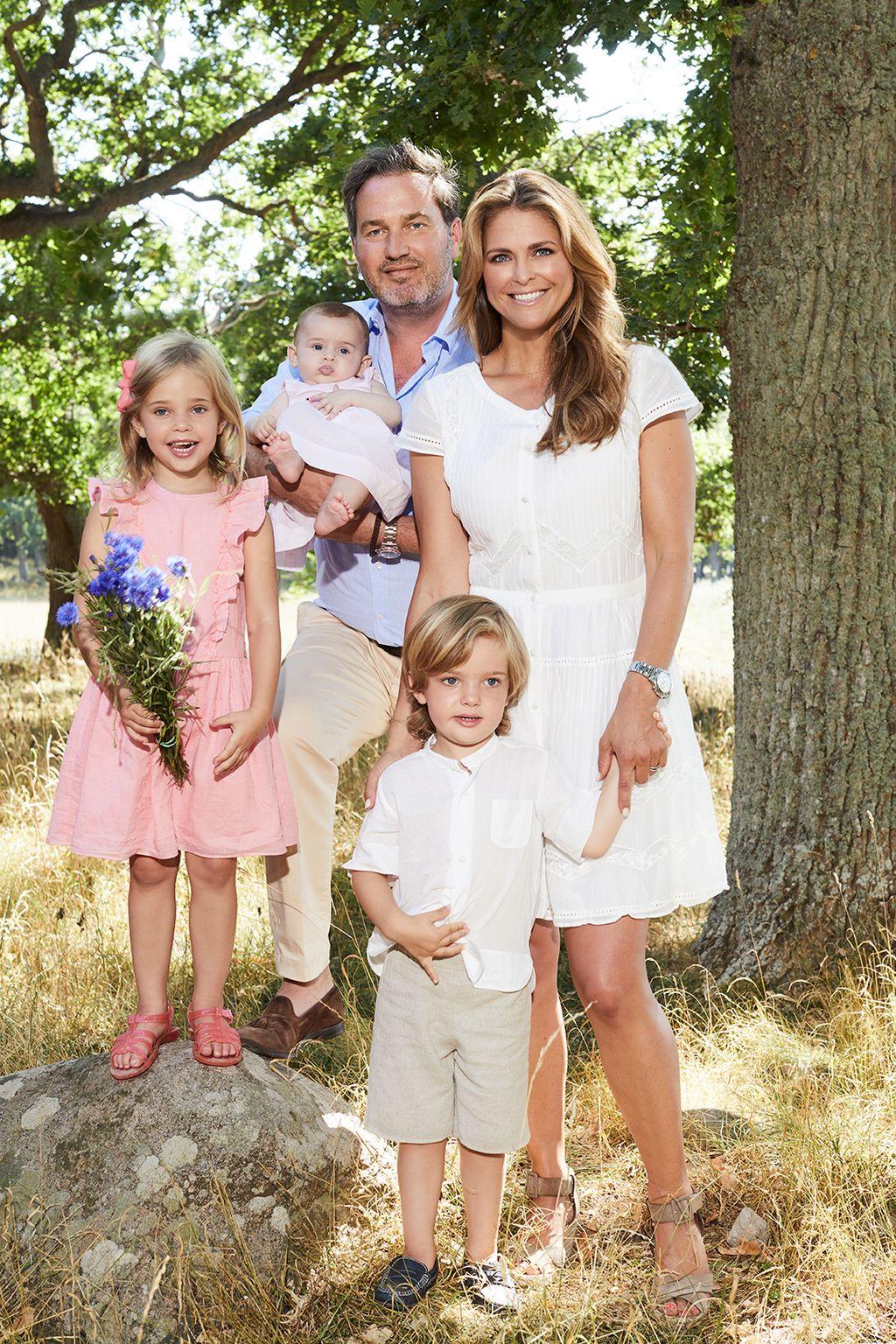 Prinsessa Madeleinen lapset suloisessa pääsiäiskuvassa - pitelevät oikeita pupuja!