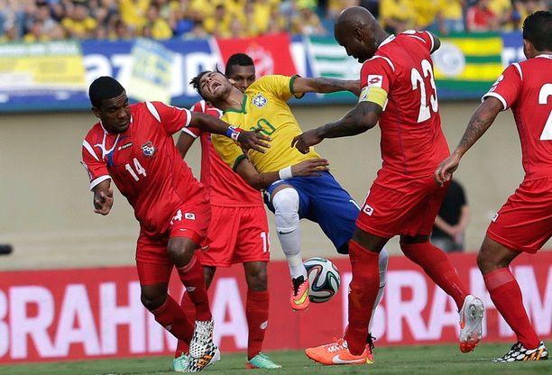 Neymar kokee kovia panamalaispelaajien puristuksessa.
