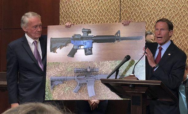 Demokraattisenaattorit Edward Markey (vas.) ja Richard Blumenthal esittelivät kuvaa 3D-tulostetusta aseesta tiistaina Washington DC:ssä. Senaattorit haluavat hallinnon pyörtävän tuoreen päätöksensä sallia asemallien vapaa julkaisu.