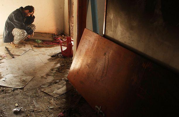 Gazalainen mies kotinsa raunioilla.