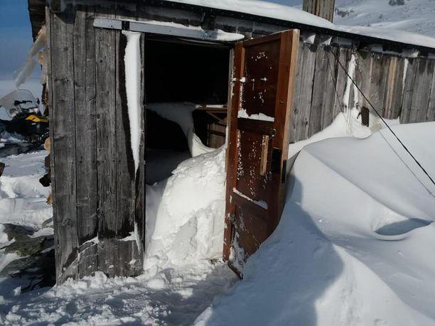 Urttas-tupa oli joutunut talven syleilyyn, kun polttopuuta kaivannut retkeilijä oli irrottanut seinästä lautoja ja jättänyt oven raolleen.