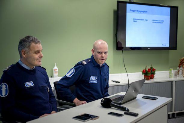 Poliisi piti tiedotustilaisuuden Pietarsaaren paloittelumurhasta perjantaina.