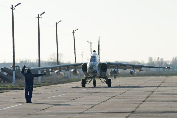 Suhoi Su-25 putosi tiistaina maahan. Kaksi koneessa ollutta lentäjää menehtyi. Kuvituskuva.