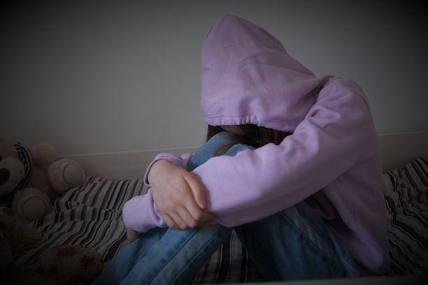 Tyttö koki pahaa oloa jo suhteen aikana. Psyykkiset oireet pahenivat vuosien myötä. Kuvituskuva.